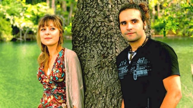 """Chebú es un dúo compuesto por Yenia Popova a la voz y Nahúm Cobo al piano. Desde su creación en diciembre de 2010 han ido incorporando a su repertorio composiciones muy personales que dan forma a un estilo propio e inusual. Bien es cierto que en sus canciones pueden reconocerse tanto el jazz como el folk americano, el soul, el blues o el pop; sin embargo, es precisamente esta mezcla de estilos la que conforma el entorno musical de sus creaciones. La dispar formación musical y procedencia de Yenia Popova y Nahúm Cobo tiene su punto de encuentro en Chebú, que aúna juegos melódicos con tintes de jazz arropados por un piano que viaja entre la armonía moderna y la clásica. Actualmente los directos de la banda se ven enriquecidos por la aportación de Dani Simons, al contrabajo, """"Charly"""" Pérez a la percusión, Óscar Calvo al violín y Héctor Gárate a la guitarra. Músicos que participaron en la grabación del primer disco de Chebú """" Confusión en tu casa""""."""